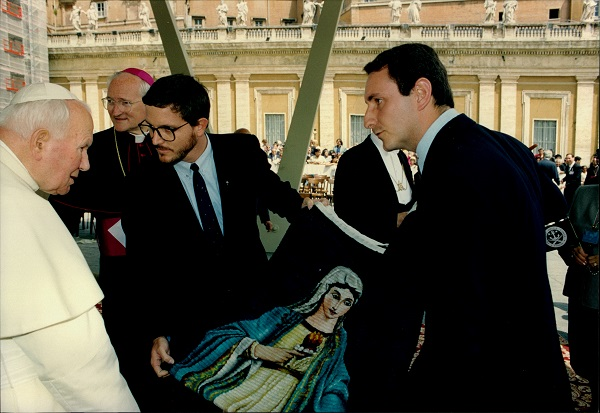 Encounter with Pope John Paul II in 1998, in which Alessandro Moroni gave the Holy Father a loom with the image of our Lady of the Reconciliation
